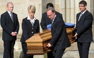 """Plusieurs centaines de personnes ont rendu jeudi un dernier hommage à """"l'épicier de Landerneau"""", Edouard Leclerc, pionnier de la grande distribution en France, mort lundi à 85 ans."""