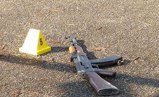 Lyon, le 1er mars 2016. Illustration d'une arme sur une scène de crime.