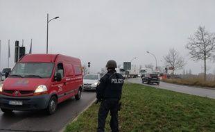 Des forces de l'ordre contrôlent chaque véhicule à la frontière allemande, au lendemain des fusillades qui ont entraîné la mort d'au moins trois personnes à Strasbourg.