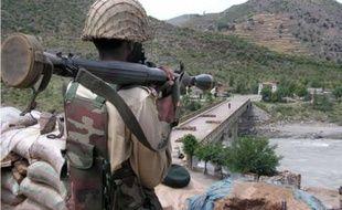 Un soldat pakistanais à un check point, le 27 avril 2009, à côté de la vallée de Swat où l'armée combat les talibans.