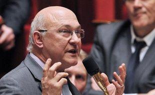 """Le ministre du Travail, Michel Sapin, a jugé mercredi que la décision de l'ex-ministre du Budget, Jérôme Cahuzac, de renoncer à son siège de député et de quitter la vie politique était """"la première décision sage et raisonnable qu'il ait prise""""."""