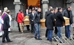 Les cercueils d'Antoine de Léocour and Vincent Delory portés par leurs proches, le 17 janvier 2011, à Linselles.