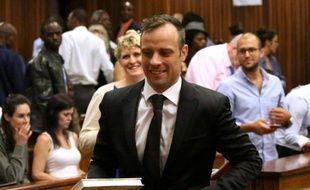 Oscar Pistorius sourit en quittant la Haute Cour de Pretoria le 8 décembre 2015