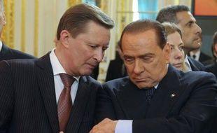 La droite de Silvio Berlusconi était en déroute à l'issue du premier tour des municipales partielles en Italie, selon de premières estimations publiés lundi, révélatrices d'une percée de formations hostiles ou qui se démarquent des partis traditionnels, ainsi que d'un malaise social.