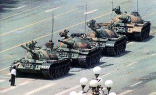 La photo mythique du manifestant faisant face à un convoi de chars d'assaut sur la place Tiananmen de Pékin (Chine), en 1989.