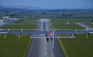 L'avion solaire au départ de de la base aérienne de Payerne en Suisse le 2 juin 2014
