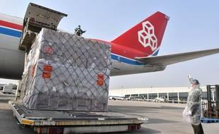 Une cargaison de masques chargés à bord d'un avion en Chine le 22 mars 2020.