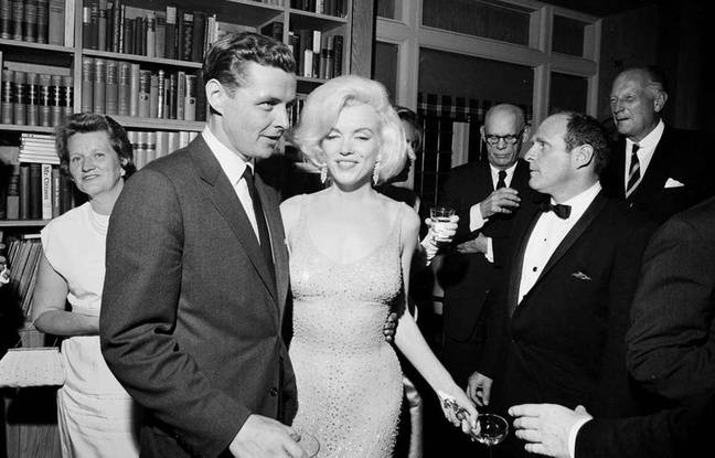 Marilyn Monroe et sa robe iconique, en compagnie de Steve Smith, le beau-frère de JFK, le 19 mai 1962. Cecil Stoughton/White House Photographs, John F. Kennedy Presidential Library and Museum via AP