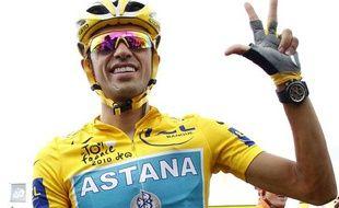 Alberto Contador lors de l'arrivée du Tour de France, le 27 juillet 2010