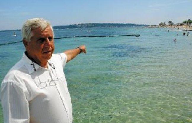 Sur la plage Gazanière, Michel Lacroix, responsable opérationnel de Rivages protech, supervise la pose des filets.