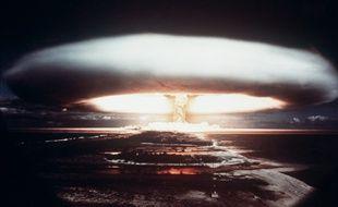 Une photo prise en 1971 montre un essai nucléaire français à Moruroa dans le Pacifique