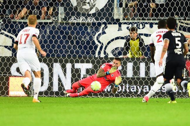 Le penalty de Briand arrêté par Costil.