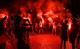 Des supporters manifestent après la victoire de la France en finale de la Coupe du Monde.