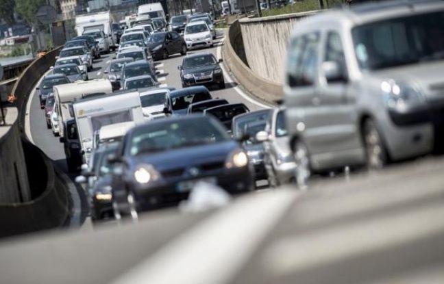 La circulation était encore relativement fluide peu avant 9H00 sur l'ensemble du réseau routier, mais commençait à s'intensifier avec 100 km de bouchons enregistrés sur toute la France, en ce samedi de grand départs en vacances, classé rouge par Bison futé.