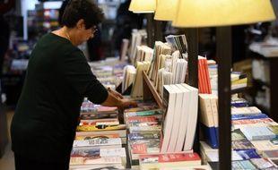 Illustration d'une femme dans une librairie.