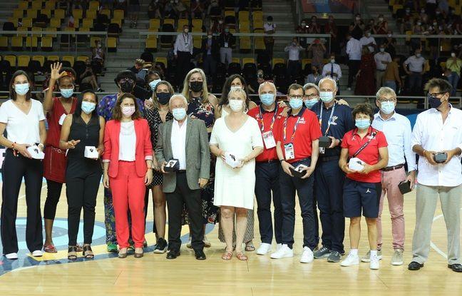 L'équipe de France 2001, qui avait raflé l'or à l'Euro, a été honorée dimanche à Strasbourg.