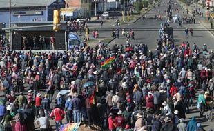 Des habitants paralysent une route principale en Bolivie en pleine crise politique, le 17 novembre 2019 à Senkata.