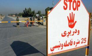 Forces de sécurité afghanes le 2 octobre 2015 à l'aéroport de Jalabad où un avion militaire américain C-130 s'est écrasé