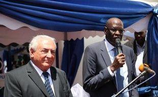 Photo d'archives de Dominique Strauss Kahn (G) et Cornelio Koriom Mayik, gouverneur de la banque centrale du SOudan du sud, le 14 mai 2013 à Juba au Soudan du sud