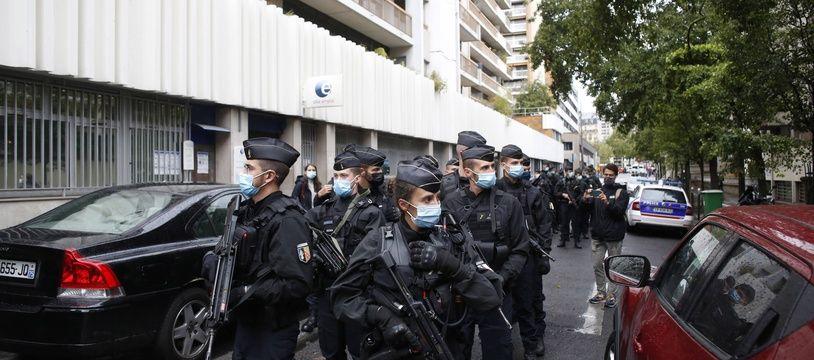 Patrouilles de police à proximité des locaux de Charlie-Hebdo où a eu lieu vendredi 25 octobre une attaque à l'arme blanche qui a fait deux blessés graves