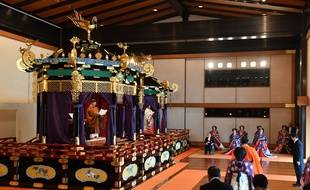 L'empereur Naruhito (à gauche) lors de sa cérémonie d'intronisation, mardi 22 octobre.