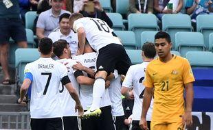 Les Allemands célèbrent l'ouverture du score face aux Australiens lors de la coupe des confédérations.