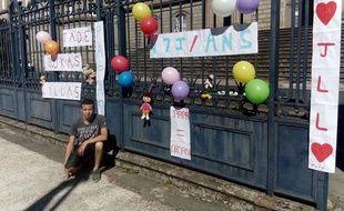 Rémy, 26 ans, a manifesté devant le tribunal d'Aurillac le jour de la fête des pères, pour voir ses enfants plus souvent.
