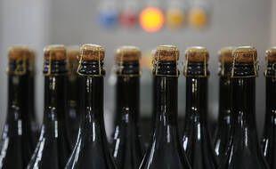 Des vins effervescents russes sur une chaîne de production en 2020.