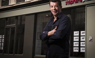 Stéphane Plaza devant l'une de ses agences immobilières.
