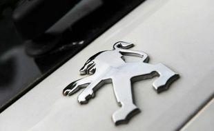 """La direction de PSA Peugeot-Citroën a proposé mercredi aux syndicats, lors d'un CCE, de reconduire les mesures concernant l'évolution de ses effectifs avec entre autres 1.600 départs de congés seniors et 1.000 départs """"volontaires"""""""
