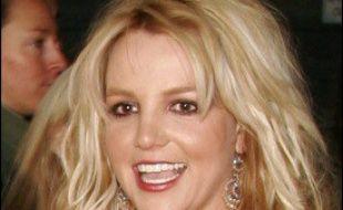 """La chanteuse Britney Spears a reconnu avoir fait une """"erreur"""", après la publication par la presse américaine de photos la montrant en train de conduire une voiture avec son bébé sur les genoux, mais a répété s'être sentie menacée par des paparazzi."""