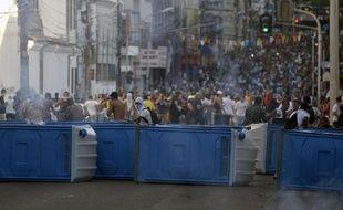 Des dizaines de milliers de manifestants ont commencé à défiler jeudi dans les rues de 80 villes du Brésil, notamment à Salvador de Bahia (nord-est), où des heurts avec la police ont rapidement éclaté.