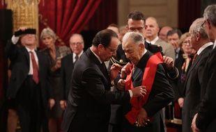 Jean-Louis Cremieux-Brilhac reçoit la grand-croix de la Légion d'honneur des mains de François Hollande, le 18 février 2015.