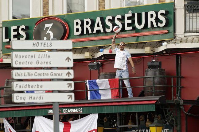 Lille, le 15 juin 2016. Les supporters Britanniques ont envahi les bars aux abords de la gare de Lille Flandres dans le cadre de l'UEFA Euro 2016 de football.