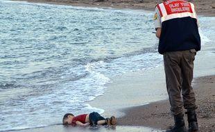 L'image de l'enfant mort sur une plage turque choque le monde, le 2 septembre 2015