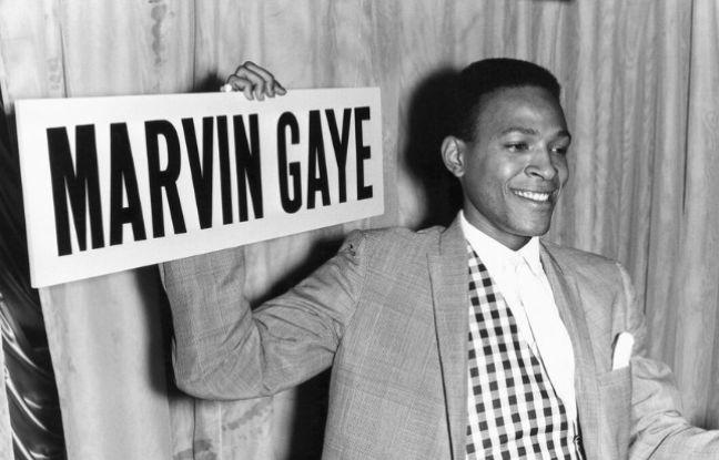 L'iconique chanteur Marvin Gaye brandissant une pancarte avec son nom