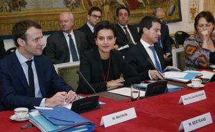 De gauche à droite Emmanuel Macron, Najat Vallaud-Belkacem et Manuel Valls, le 2 février 2016 reçoivent les nouveaux présidents de région pour un séminaire sur l'emploi