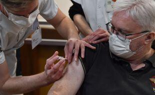 Le gériatre Pierre Jouanny a reçu une dose du vaccin Pfizer le 27 décembre en France.