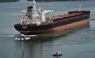 Le cargo MN Baroque, un porte-conteneurs, participe aux premiers essais du canal de Panama élargi, le 9 juin 2016