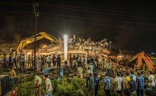 Les secours mobilisés après l'effondrement d'un immeuble de cinq étages à Mahad (Inde) lundi 24 août 2020.