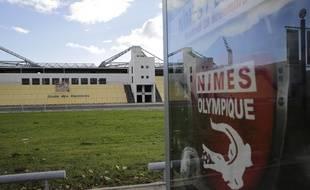 L'emblème de  Nîmes Olympique, à l'entrée des Costières