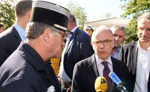 Le ministre de l'Intérieur, Bernard Cazeneuve,  et le chef des opérations de secours, le Lieutenant Colonel Charles Lafourcade, lors d'un point presse à Pessac le 26 juillet 2015.