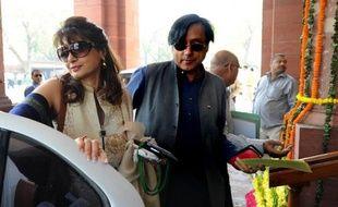 L'épouse d'un ministre indien a été retrouvée morte vendredi dans un hôtel de New Delhi après avoir affirmé sur Twitter que son mari avait une liaison avec une journaliste pakistanaise, selon les médias locaux.