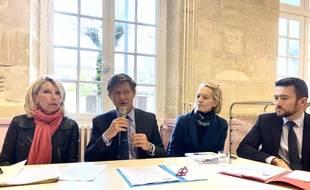 Le maire de Bordeaux Nicolas Florian, avec une partie de ses adjoints, lors de la présentation du plan «zero plastique» de la ville.