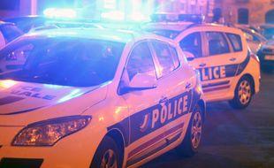 Illustration d'une voiture de police de nuit, avec son gyrophare ici à Rennes.
