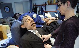 Une personne manipule la marionnette de «PPD», ans les ateliers d'habillage, le 11 février 2009 à Saint-Denis.
