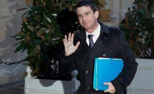 Le Premier ministre Manuel Valls arrive le 11 janvier 2016 à Matignon pour une rencontre avec les principaux leaders syndicaux et patronaux sur le plan d'urgence pour l'emploi