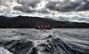 Des migrants et réfugiés près des côtes de lîle grecque de Lesbos le 24 octobre 2015