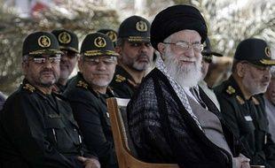 Le Guide suprême iranien,Ali Khamenei (à droite), à Téhéran le 27 mai2013.