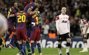 Les barcelonais fêtent leur victoire sous les yeux du mancunien Wayne Rooney, le 28 mai 2011, à Londres.